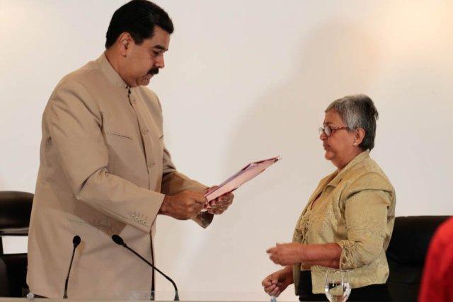 Maduro le entrega a Lucena el decreto para convocar la Constituyente (Foto Prensa Presidencial)