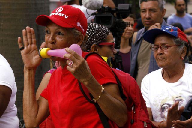 ¿Igualdad? A las oficialistas las dejaron completar su marcha y hasta entregaron documento en la Defensoría. Foto: AVN