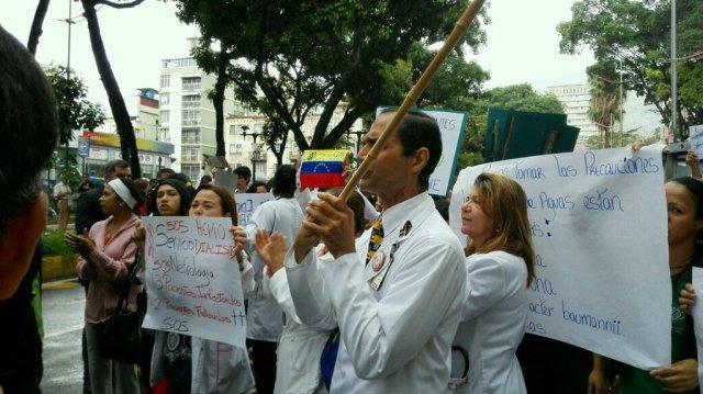 Los médicos protestan en el J M de los Ríos (Foto @RCamachoVzla )