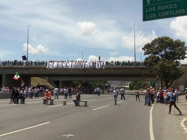 Manifestantes desplegaron una gran pancarta pidiendo elecciones ya (Foto: @infomerida_ve)