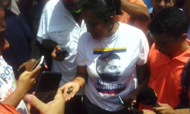 La diputada GaBy Arellano recogió los casquillos de las balas disparadas por paramilitares en San Bernardino