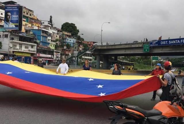 Cerrado Distribuidor Santa Fe en Caracas / Foto @oliverandresfz