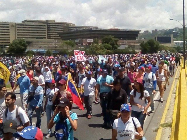 Ambas marchas se unieron a la altura de Las Mercedes (Foto: @JunquitoSite)