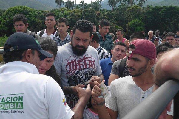 Muchas personas que este martes viajaron hasta el puente internacional Simón Bolívar ignoraban que Migración Colombia solicita la Tarjeta de Movilidad Fronteriza. (Foto/JGH)