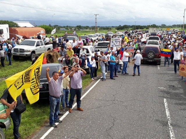 Foto: Agricultores realizan tractorazo en la carretera Barquisimeto-Acarigua /  Jose Ruiz Parra?