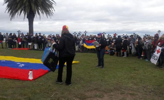Venezolanos protestaron con cruces y máscaras antigás (Foto El País de Uruguay)