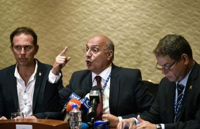 Los diputados de la oposición venezolana Carlos Lozano (L), Williams Davila (C) y Luis Florido dan una conferencia de prensa en la 47 Asamblea General de la OEA en Cancún, México, el 19 de junio de 2017. / AFP PHOTO / PEDRO PARDO