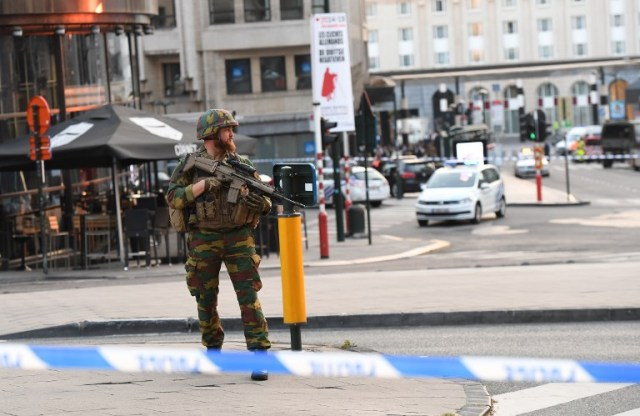 A soldier cordons off an area outside Gare Central in Brussels on June 20, 2017, after an explosion in the Belgian capital.  / AFP PHOTO / Emmanuel DUNAND