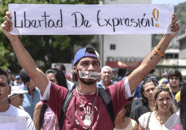 Journalists and media workers protest against the attacks on journalists, in Caracas on June 27, 2017.  / AFP PHOTO / JUAN BARRETO