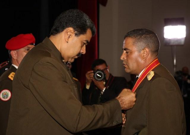 Maduro condecoró al coronel Lugo a dos días de asedio contra la AN y maltrato a Borges. Foto: AVN