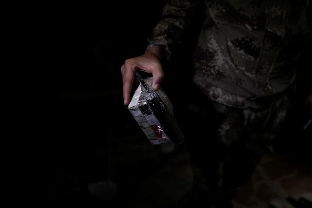 Un soldado sujeta un dispositivo explosivo portátil fabricado a mano por los yihadistas.