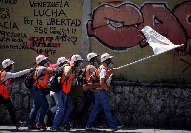 Volunteer members of a primary care response team carry an injured opposition supporter during a protest against Venezuelan President Nicolas Maduro's government in Caracas, Venezuela May 30, 2017. REUTERS/Carlos Barria TPX IMAGES OF THE DAY