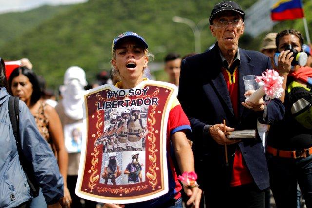 """Madre de Neomar Lander lleva una armadura improvisada que dice """"Yo soy Libertador """" durante el funeral de su hijo en Guarenas. REUTERS/Carlos Garcia Rawlins"""