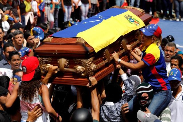 Madre de Neomar Lander es alzada frente al ataúd. REUTERS/Carlos Garcia Rawlins