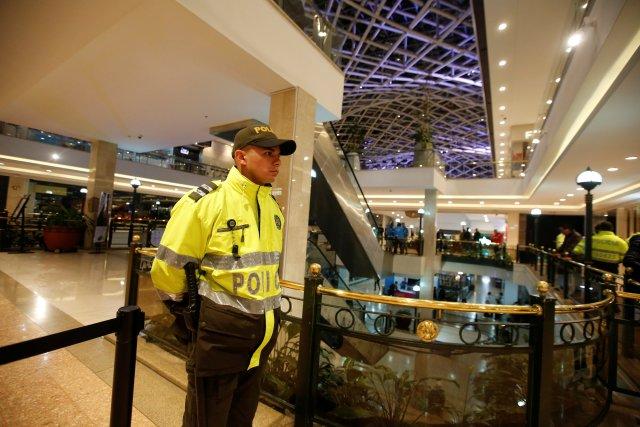 Un oficial de policía detuvo a un cordón en el centro comercial Andino después de que un artefacto explosivo detonó en un baño, en Bogotá, Colombia, el 17 de junio de 2017. REUTERS / Jaime Saldarriaga