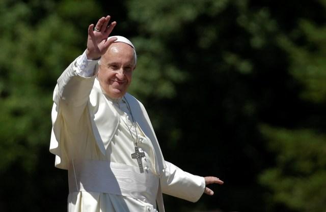 El Papa Francis agita cuando llega a visitar la tumba del influyente sacerdote italiano Don Lorenzo Milani en Barbiana, Italia central el 20 de junio de 2017. REUTERS / Max Rossi