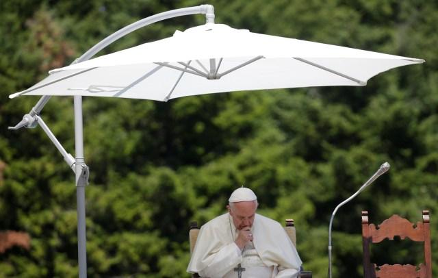 El Papa Francisco asiste a una visita a la tumba del influyente sacerdote italiano Don Lorenzo Milani en Barbiana, Italia el 20 de junio de 2017. REUTERS / Max Rossi