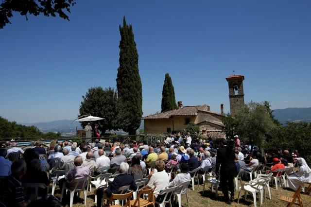 El Papa Francis habla durante una visita a la tumba del influyente sacerdote italiano Don Lorenzo Milani en Barbiana, Italia el 20 de junio de 2017. REUTERS / Max Rossi