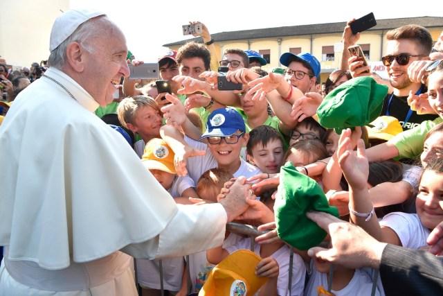 El papa Francis saluda a los niños cuando llega a visitar la tumba del influyente sacerdote italiano Don Primo Mazzolari del siglo XX en Bozzolo, Italia del norte 20 de junio de 2017. Osservatore Romano / Folleto a través de REUTERS EDITORES DE ATENCIÓN - ESTA IMAGEN ESTA SUMINISTRADA POR UN TERCERO.