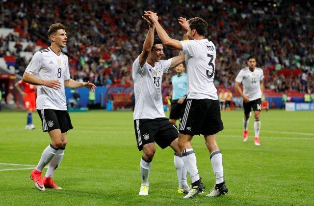 El alemán Lars Stindl celebra tras marcar su primer gol con Leon Goretzka y Jonas Hector (Foto: Reuters)