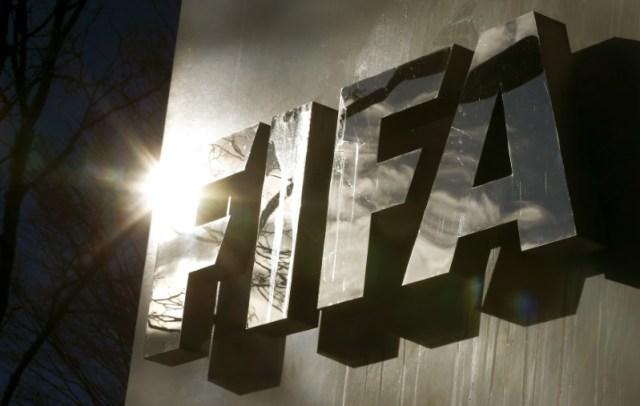 El sol se refleja en el logo de la FIFA en la sede de Zúrich, Suiza. 19 de noviembre 2015. La FIFA, el ente rector del fútbol mundial, dijo el martes que decidió publicar el denominado informe García sobre la decisión de adjudicar los Mundiales de 2018 y 2022 a Rusia y Qatar, respectivamente. REUTERS/Arnd Wiegmann