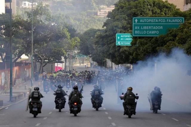 Fuerzas de seguridad montan moticicletas durante protestas contra el gobierno en Caracas (Foto: Reuters)