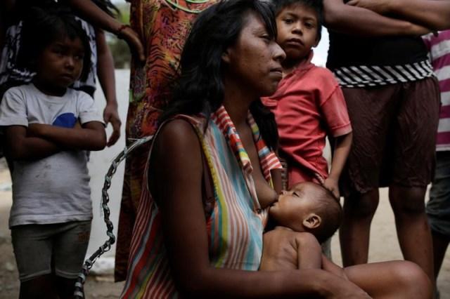 Lideibis Bracho, diagnosticada con desnutrición crónica, amamanta a uno de sus hijos en Paraguaipoa, Venezuela. 1 de marzo 2017. De la mano de su mamá, Samuel Becerra ingresó a fines de marzo al hospital pediátrico J.M. De Los Ríos, en Caracas, para hacerse una hemodiálisis de rutina. Estando internado, el niño de 12 años contrajo una infección que acabó con su vida, junto a la de otros tres pequeños. REUTERS/Marco Bello   TEMPLATE OUT - RTS1900Y