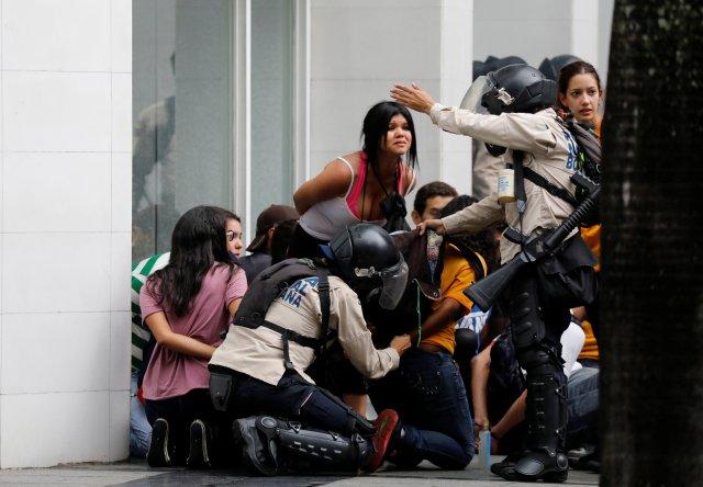 Police detain protesters during a rally against Venezuela's President Nicolas Maduro's government in Caracas, Venezuela June 29, 2017. REUTERS/Carlos Garcia Rawlins