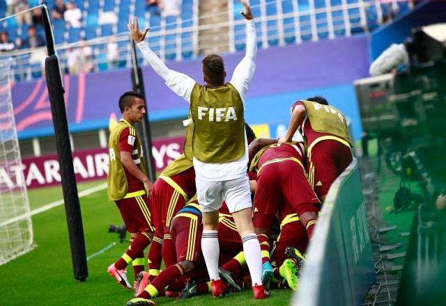 JHK06 DAEJEON (COREA DEL SUR) 08/06/2017.- Los jugadores venezolanos celebran el gol marcado por su compañero Samuel Sosa durante la semifinal del Mundial sub'20 disputada entre Uruguay y Venezuela en el Daejeon World Cup Stadium de Daejeon (Corea del Sur), hoy, 8 de junio de 2017. EFE/Jeon Heon-Kyun