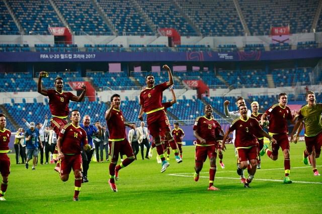 JHK011 DAEJEON (COREA DEL SUR) 08/06/2017.- Los jugadores venezolanos celebran su victoria en la semifinal del Mundial sub'20 disputada entre Uruguay y Venezuela en el Daejeon World Cup Stadium de Daejeon (Corea del Sur), hoy, 8 de junio de 2017. EFE/Jeon Heon-Kyun