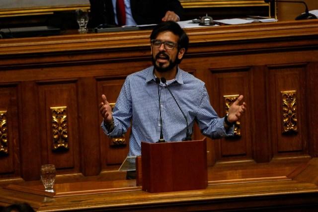 CAR20. CARACAS (VENEZUELA), 13/06/2017.- El diputado Miguel Pizarro interviene en una sesión de la Asamblea Nacional hoy, martes 13 de Junio de 2017, en Caracas (Venezuela). El Parlamento venezolano de mayoría opositora designó hoy un Comité de Postulaciones Judiciales que se ocupará de seleccionar los candidatos para sustituir a una treintena de magistrados cuyo nombramiento a fines de 2015 ha sido calificado por el antichavismo como fraudulento. EFE/CRISTIAN HERNÁNDEZ