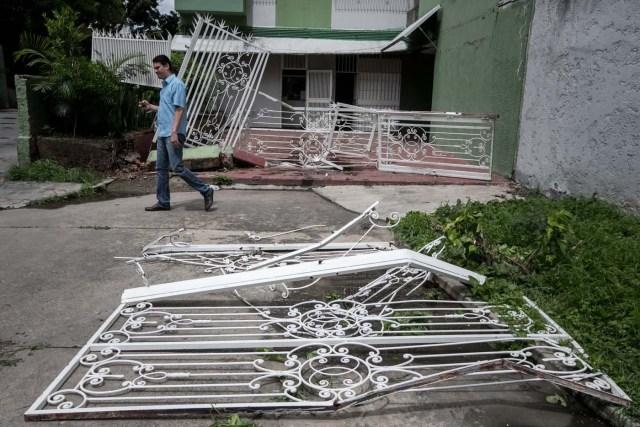 """CAR01. CARACAS (VENEZUELA), 14/06/2017.- Vista de los daños en las residencias Los Verdes ubicadas en el oeste de Caracas (Venezuela) hoy, miércoles 14 de junio de 2017. El oeste de Caracas fue sacudido anoche por la policía militarizada en un operativo que terminó, según el Gobierno venezolano, con la detención de 23 """"terroristas"""" mientras que opositores aseguran hoy que se trató de una acción """"terrible"""" en la que funcionarios causaron destrozos materiales y dispararon a mascotas. EFE/Miguel Gutiérrez"""