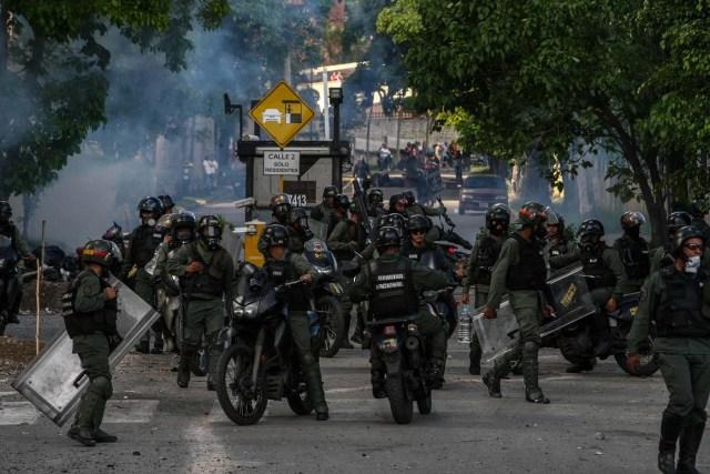 CAR06. CARACAS (VENEZUELA), 14/06/2017.- Miembros de la Guardia Nacional Bolivariana (GNB) se enfrenta a un grupo de manifestantes hoy, miércoles 14 de junio de 2017, en Caracas (Venezuela). Una concentración de venezolanos opositores al Gobierno de Nicolás Maduro se disolvió hoy en la localidad de Altamira del municipio Chacao, considerado un bastión del antichavismo, luego de que se efectuaran varios disparos en el sitio, constató Efe. EFE/CRISTIAN HERNÁNDEZ