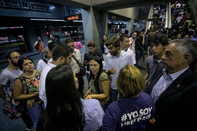CAR01. CARACAS (VENEZUELA), 15/06/2017.- El alcalde del municipio caraqueño El Hatillo, David Smolanzky(3-i) y el diputado Juan Andrés Mejia (3-d) participan en una manifestación en una estación del Metro hoy, jueves 15 de junio de 2017, en Caracas (Venezuela). Varios diputados y dirigentes de la oposición venezolana abordaron hoy el Metro y algunos autobuses de Caracas para explicar a los ciudadanos las razones por las que se oponen al cambio de Constitución que impulsa el Gobierno mediante la elección de una Asamblea Constituyente, prevista para el 30 de julio. EFE/Miguel Gutiérrez