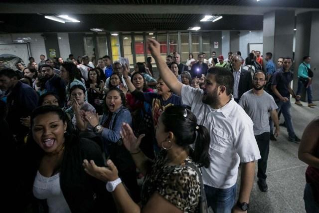 CAR01. CARACAS (VENEZUELA), 15/06/2017.- El alcalde del municipio caraqueño El Hatillo, David Smolanzky (d) participa en una manifestación en una estación del Metro hoy, jueves 15 de junio de 2017, en Caracas (Venezuela). Varios diputados y dirigentes de la oposición venezolana abordaron hoy el Metro y algunos autobuses de Caracas para explicar a los ciudadanos las razones por las que se oponen al cambio de Constitución que impulsa el Gobierno mediante la elección de una Asamblea Constituyente, prevista para el 30 de julio. EFE/Miguel Gutiérrez