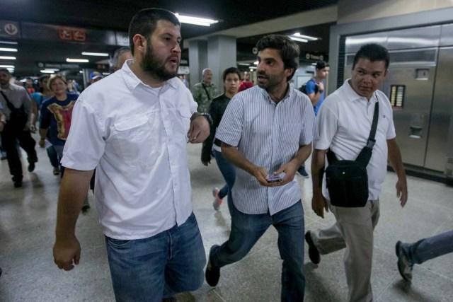 CAR01. CARACAS (VENEZUELA), 15/06/2017.- El alcalde del municipio caraqueño El Hatillo, David Smolanzky (i) y el diputado Juan Andrés Mejia (c) participan en una manifestación en una estación del Metro hoy, jueves 15 de junio de 2017, en Caracas (Venezuela). Varios diputados y dirigentes de la oposición venezolana abordaron hoy el Metro y algunos autobuses de Caracas para explicar a los ciudadanos las razones por las que se oponen al cambio de Constitución que impulsa el Gobierno mediante la elección de una Asamblea Constituyente, prevista para el 30 de julio. EFE/Miguel Gutiérrez