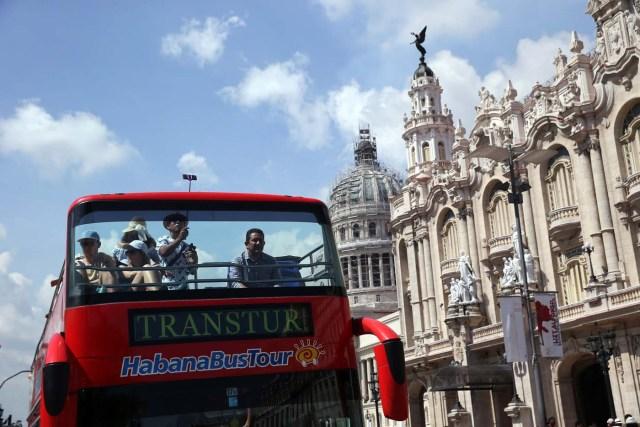 CUB01. LA HABANA (CUBA), 16/06/2017.- Turistas pasean en un autobús panorámico hoy, viernes 16 de junio de 2017, en La Habana (Cuba). Cuba está atenta hoy a la transmisión de los principales medios de comunicación de la isla, todos estatales, del minuto a minuto por internet del acto en Miami (EE.UU.), en el que está previsto que el presidente de Estados Unidos, Donald Trump, anuncie cambios en la política de acercamiento a Cuba impulsada por su antecesor, Barack Obama. EFE/Alejandro Ernesto