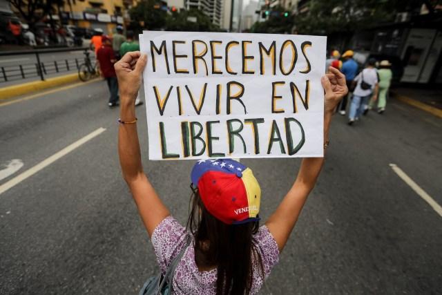Cientos de personas participan en una manifestación hoy, sábado 17 de junio de 2017, en Caracas (Venezuela). La oposición venezolana reunida en la Mesa de la Unidad Democrática (MUD) realiza hoy una manifestación religiosa con la que orará por la paz, rendirá homenaje a los fallecidos durante la ola de protestas que se desarrolla en el país y para pedir la libertad de los detenidos en esos escenarios. EFE/Miguel Gutiérrez