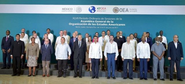 """MEX41 CANCÚN (MÉXICO), 19/06/2017.-El presidente de México, Enique Peña Nieto (c), posa junto con los cancilleres asistentes hoy, lunes 19 de junio de 2017, a la inauguración de la 47 Asamblea General de la Organización de Estados Americanos (OEA), en Cancún, en el estado de Quintana Roo (México). El lema oficial de la Asamblea es """"Fortaleciendo el diálogo y la concertación para la prosperidad"""", y en la cita se celebrarán una serie de diálogos en los que se abordarán temas como la migración o los derechos de los pueblos indígenas. No obstante, el asunto de fondo, que definirá la cita y ha protagonizado la primera jornada, es la posición de la región en torno a Venezuela. EFE/Mario Guzmán"""