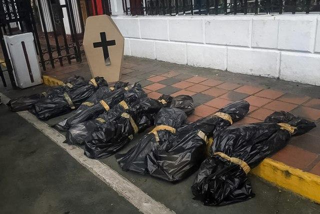 """CAR04. CARACAS (VENEZUELA), 20/06/2017.- Fotografía cedida por prensa de """"PJ Diputados"""" (Primero Justicia) donde se observa a un grupo de diputados que participan en una manifestación hoy, martes 20 de junio de 2017, en Caracas (Venezuela). Un grupo de diputados opositores venezolanos acudió hoy hasta la comandancia de la Guardia Nacional, el cuerpo militar encargado del orden público, para exigir """"justicia"""" por la muerte del joven de 17 años causada presuntamente por un disparo de un efectivo del componente castrense. EFE/Prensa """"PJ Diputados""""/NO VENTAS/SOLO USO EDITORIAL"""