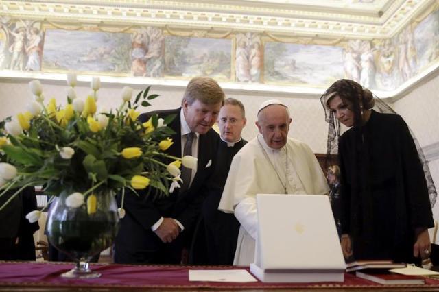 El papa Francisco intercambia regalos con los reyes Guillermo Alejandro y Máxima de Holanda durante una audiencia privada en el Vaticano, hoy, 22 de junio de 2017. EFE/Alessandra Tarantino, pool