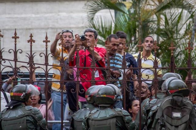 """Diputados y periodistas en la AN permanecieron """"secuestrados"""" por más de cuatro horas tras asedio oficialista. Foto: EFE"""