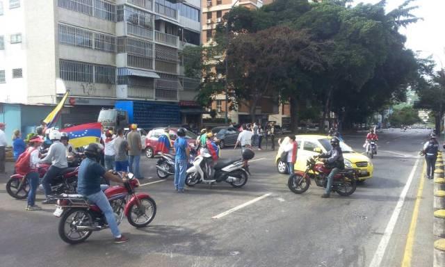 Manifestantes se concentran en Altamira a la Altura de la Torre Británica / Foto: Régulo Gómez - La Patilla