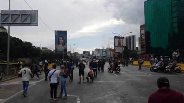 Autopista francisco fajardo cerrada en ambos sentidos focos de manifestantes. Foto: Mildred Manrique.