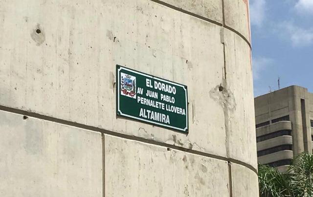 Foto: Así colocaron placa de la avenida Juan Pablo Pernalete en Altamira / El País