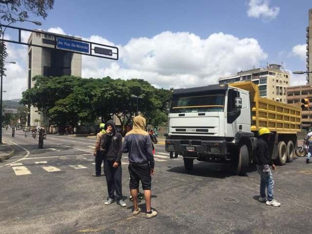 Manifestantes cierran con camiones la avenida Francisco de Miranda en Altamira / Fotos Régulo Gómez
