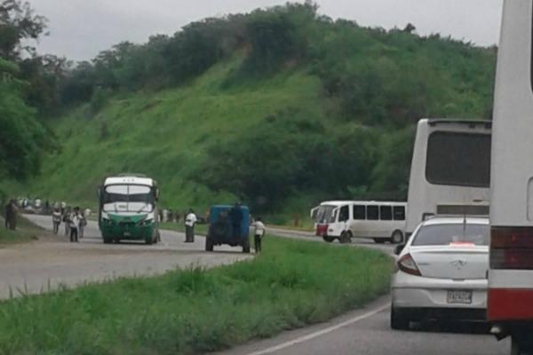 Foto: Cerrada la carretera Charallave-Ocumare por manifestación / Cortesía