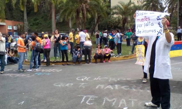 Habitantes de Los Nuevos Teques manifiestan en contra del Gobierno / Foto: @dmurolo