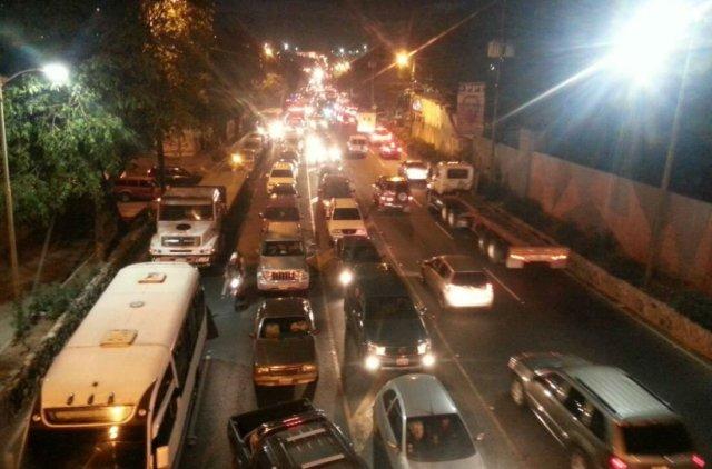 La Guaira trancada por protestas #12Jun / Foto: @SpazianiG