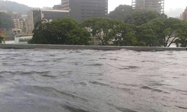 La autopista Prados del Este colapsó este martes tras las fuertes lluvias. Foto: @710CAPiTAL